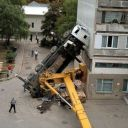 автокран не рассчитал тяжести груза и перевернулся прямо на жилой дом