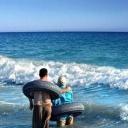 люди с колесами в море